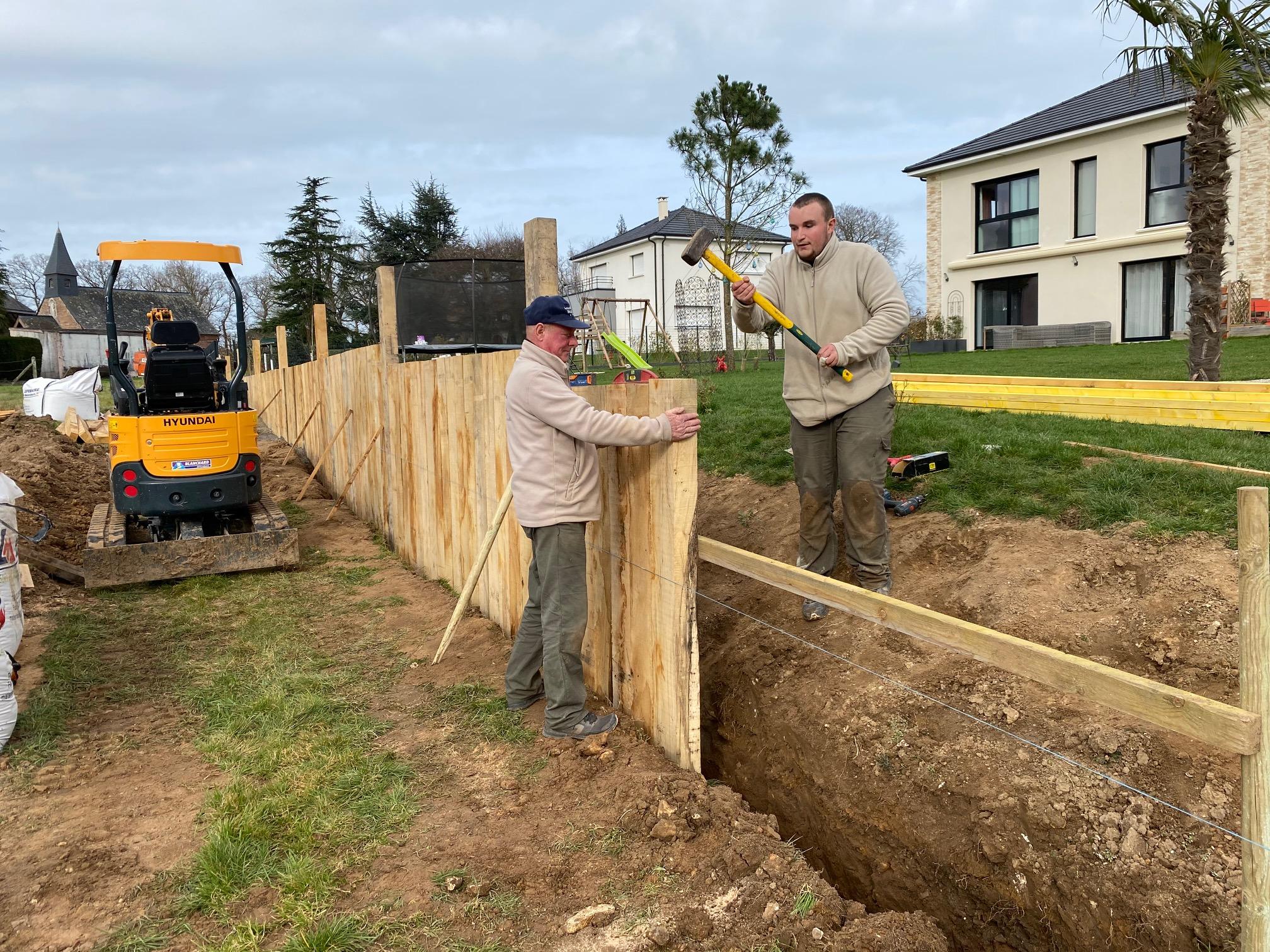 Réalisation d'une clôture de jardin en bois